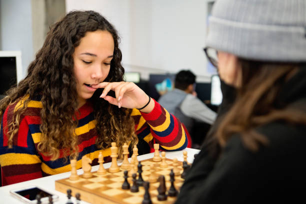 Junge Frauen Student spielt Schach für Entspannung in der Universitätsbibliothek. – Foto