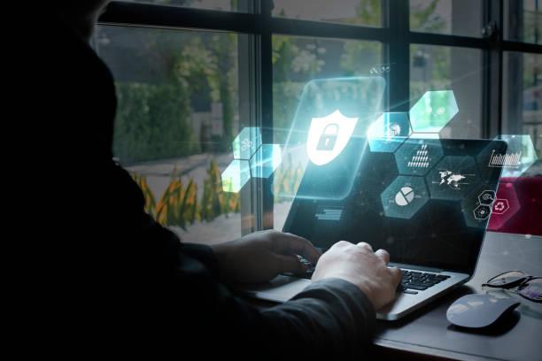 giovani donne che usano il computer, concetto di sicurezza informatica. - protezione foto e immagini stock
