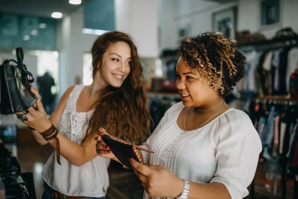 年輕女子復古服裝購物 - small business saturday 個照片及圖片檔