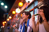 スイカを食べた地元の祭りのパフォーマンスを見て若い女性