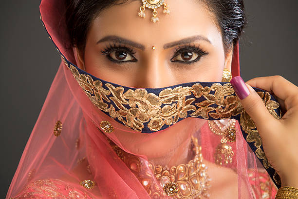 Junge Frau mit schönen Augen in glamourösen outfit – Foto