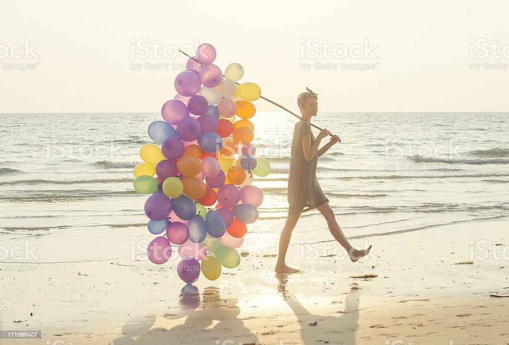 Jeune femme avec multicolore des ballons à la plage - Photo