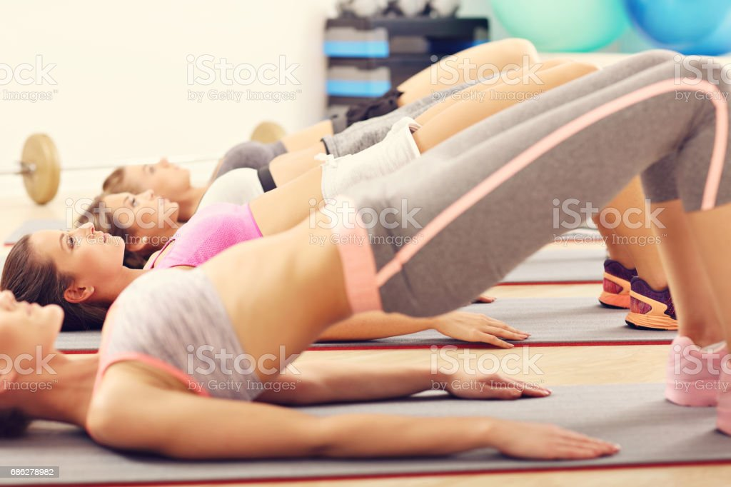 Young women working out in gym - foto stock