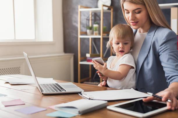 jeune maman de travail passer du temps avec bébé - femmes actives photos et images de collection