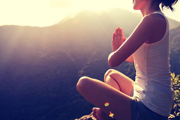 junge yoga frau bei sonnenaufgang mountain peak - damen top gold stock-fotos und bilder