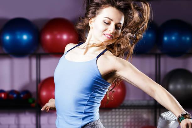 Young zumba dancer trainer dancing exercises – Foto