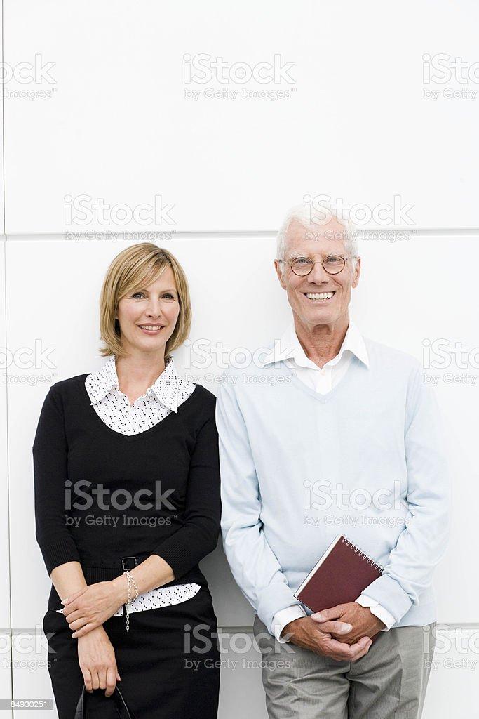 女性と若い男笑顔以上の空港のミュンヘン,ドイツ ロイヤリティフリーストックフォト
