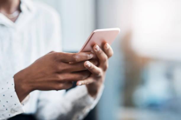 i tuoi clienti sono in attesa di sentirti - dispositivo informatico portatile foto e immagini stock