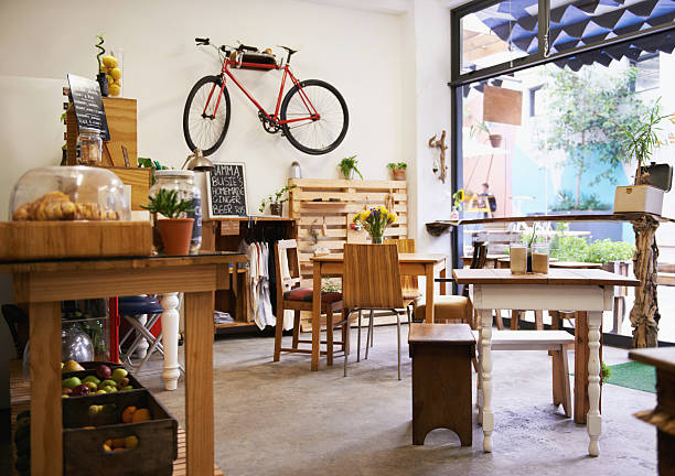 ihr lokale coffee shop - restaurant inneneinrichtung stock-fotos und bilder