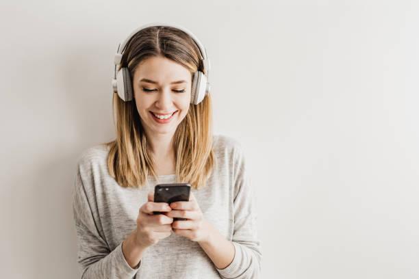 uw muziek altijd en overal - podcast stockfoto's en -beelden
