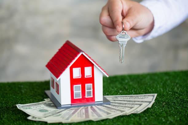 votre nouvelle maison, immobilier immobilier tenant la clé de maison à son client après avoir signé l'accord de contrat dans le bureau, concept pour des immobiliers, louant la propriété - titre mondial photos et images de collection