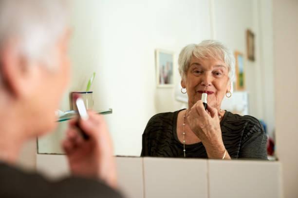 du bist nie zu alt, um die femme fatale zu spielen - alte spiegel stock-fotos und bilder