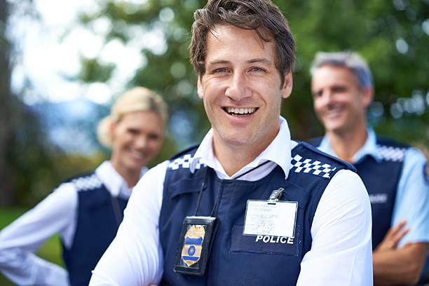 estás seguro con él mientras ve - feliz dia del policia fotografías e imágenes de stock
