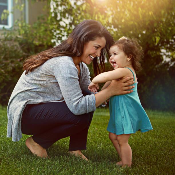 you're so unbelievably cute! - mãe criança brincar relva efeito de refração de luz imagens e fotografias de stock