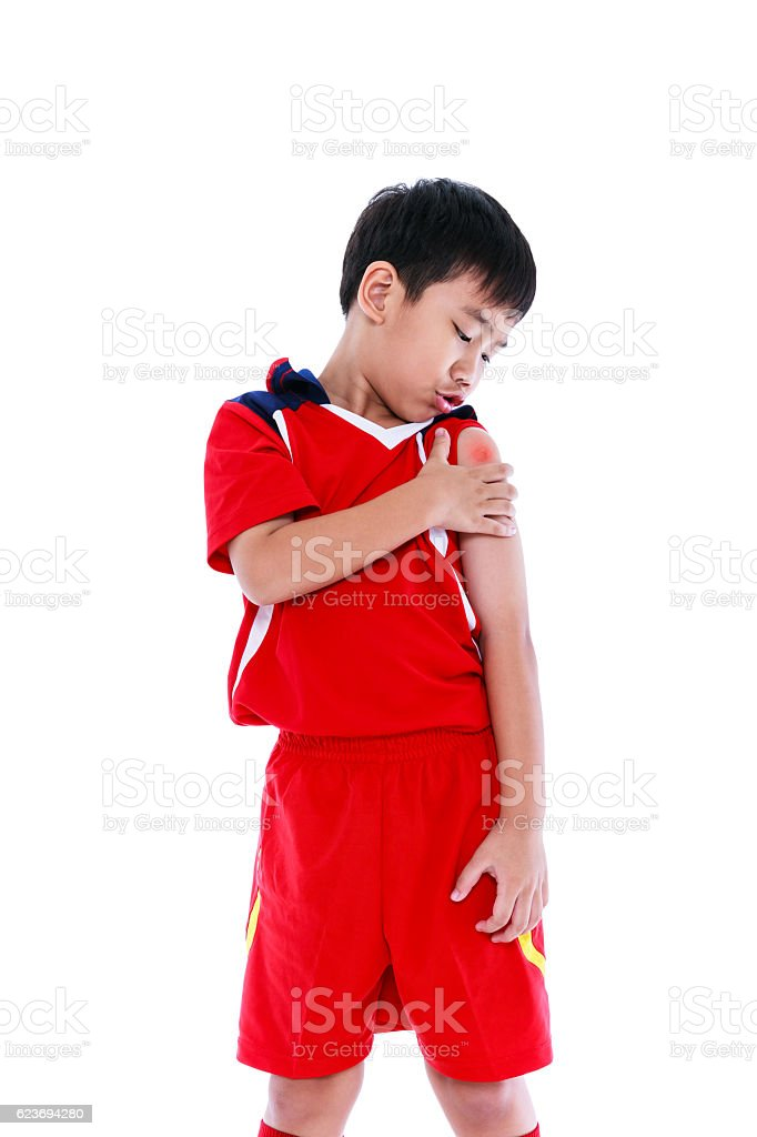 Youth asian soccer player with pain at  shoulder. - foto de acervo