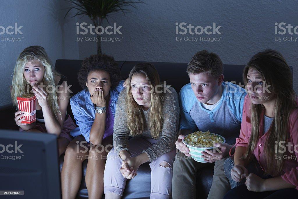 Grupo de jóvenes en Suspends viendo TV juntos - foto de stock