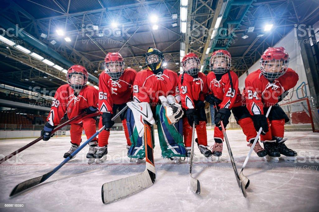 Équipe de hockey des jeunes - enfants jouent au hockey photo libre de droits