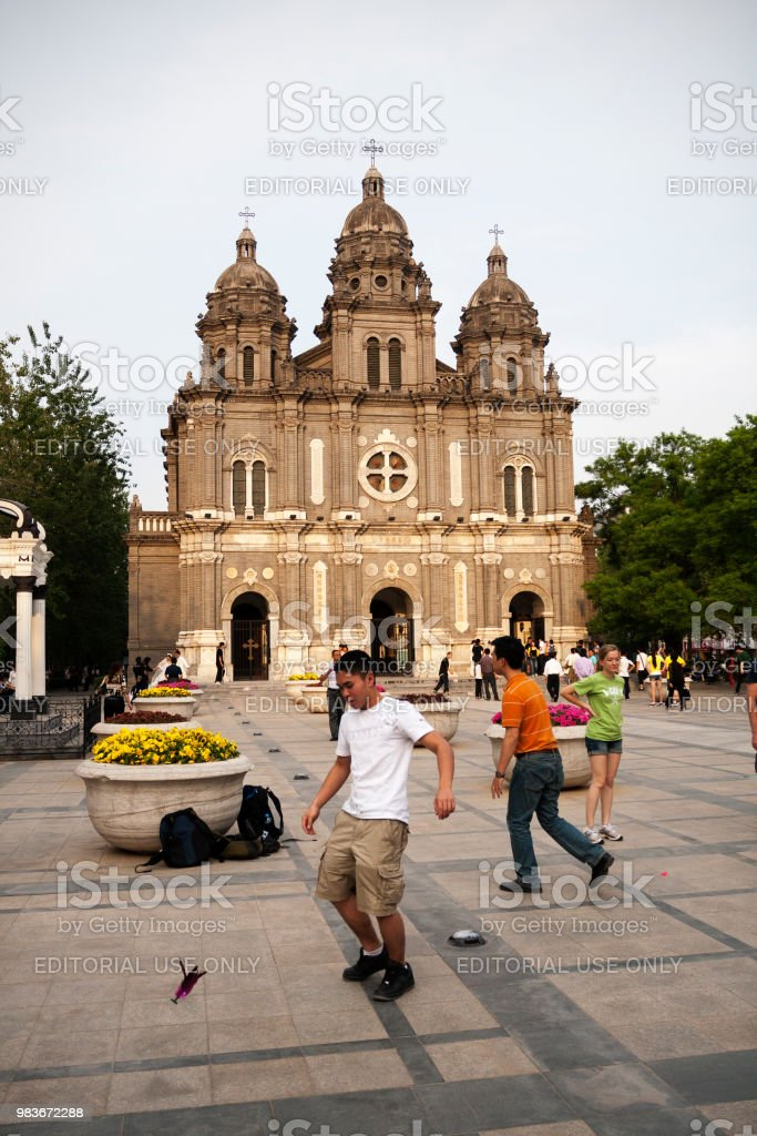 Jugendliche spielen vor St.-Josephs Kirche in Wangfujing Street, Beijing, China. – Foto