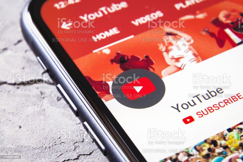 Smartphone mit YouTube App offen