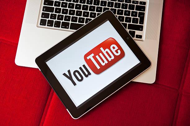youtube logo on ipad screen - youtube stockfoto's en -beelden