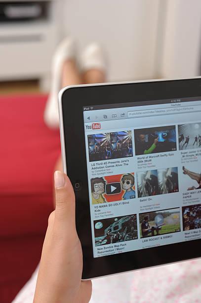 youtube su ipad - divano procrastinazione foto e immagini stock