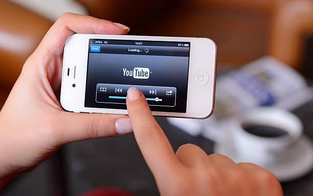 youtube on iphone - youtube stockfoto's en -beelden