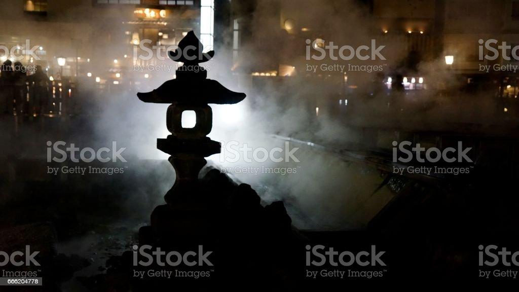 Yubatake en Kusatsu termales durante la noche - foto de stock