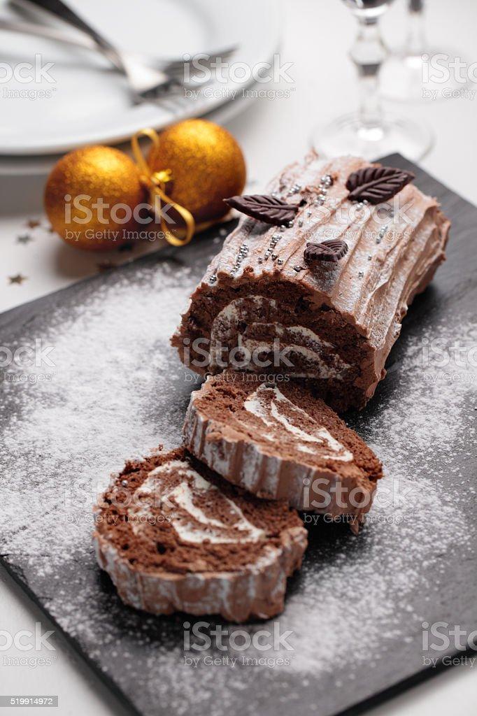 Bûche de Noël gâteau sur une table de Noël - Photo
