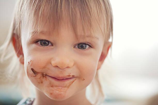 lecker! - kinderschokolade stock-fotos und bilder