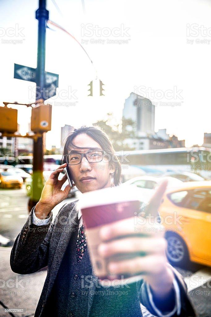 Yuppie Empresário ter um telefonema em Nova York foto royalty-free