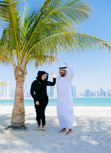 yuppie! happy arabische paar tanzen - hochzeitsreise dubai stock-fotos und bilder