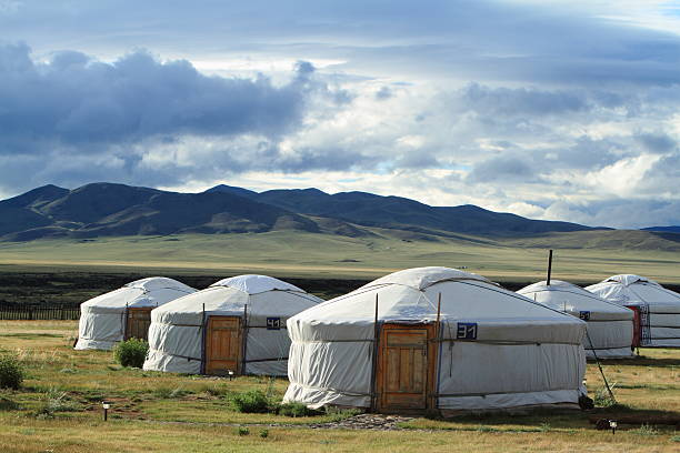 Jurten Siedlung in der mongolischen Steppe Jurten Siedlung in der mongolischen Steppe independent mongolia stock pictures, royalty-free photos & images