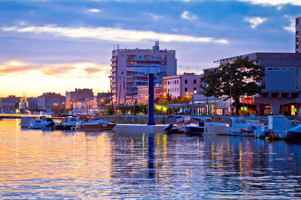 zadar-uferpromenade am goldenen sonnenuntergang, dalmatien, kroatien - segelhandschuhe stock-fotos und bilder