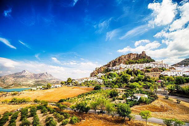 Zahara de la Sierra, la ciudad ubicado en Cádiz, Andalucía, España - foto de stock