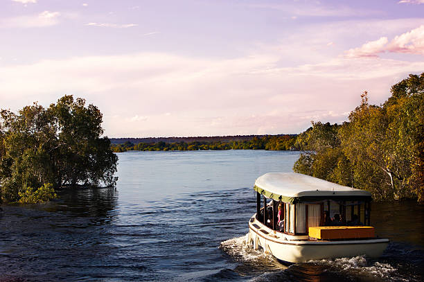 zambezi river in der abenddämmerung - fluss sambesi stock-fotos und bilder