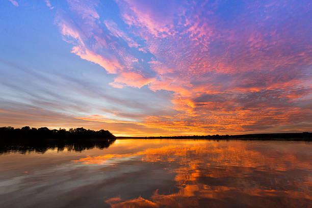 zambezi sunset, matetsi, zimbabwe - fluss sambesi stock-fotos und bilder