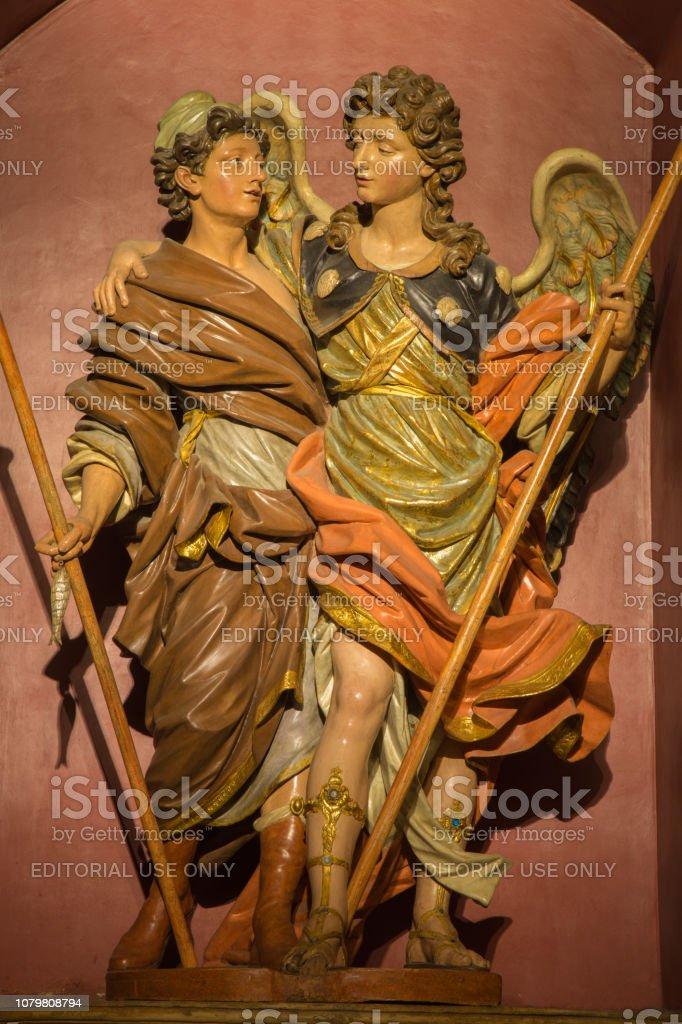 Zaragoza - el polychome tallado satatue barroca del Arcángel Rafael con Tobías en la Iglesia Iglesia de San Miguel de los Navarros. - foto de stock