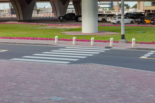 Zebrastreifen auf gut befahrener Asphaltstraße markiert; Logos und Zeichen entfernt. Keine Menschen. – Foto