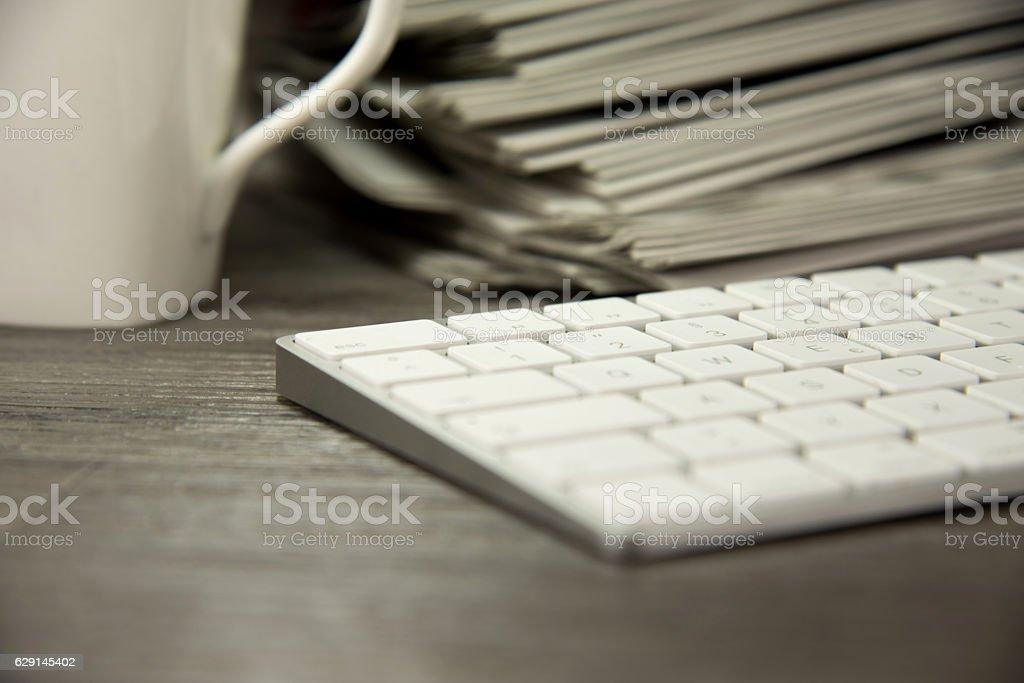 Zeitungen und Computer stock photo