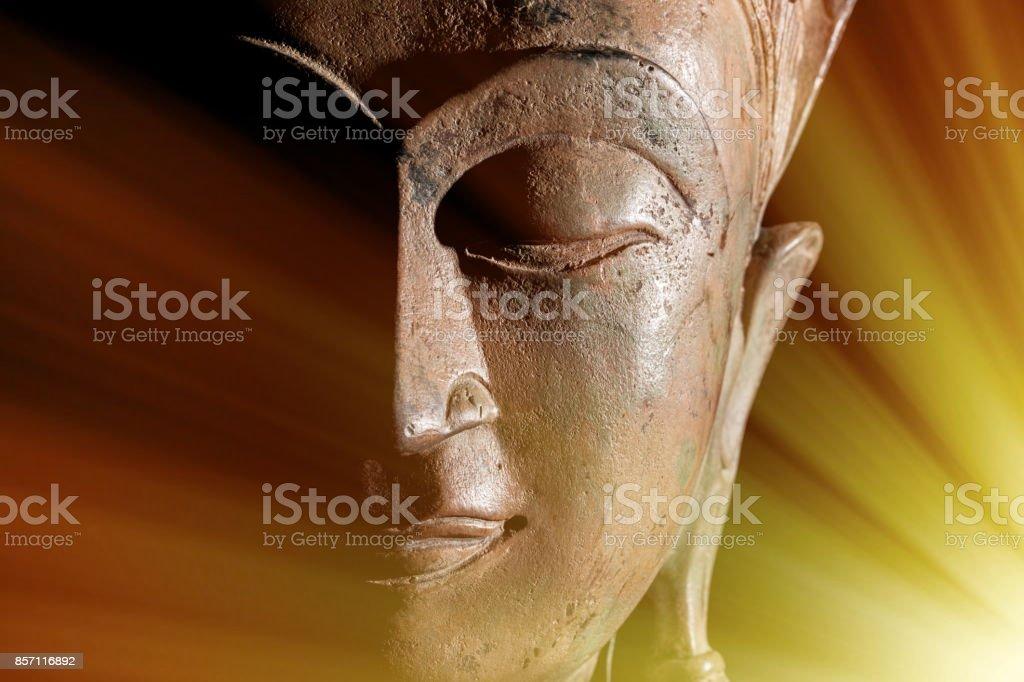Zen-Buddhismus. Göttlichen Lichtstrahlen der spirituellen Erleuchtung oder astral Projektion auf Kopf Buddhastatue. – Foto