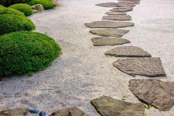 zen-garten weg - japanischer garten stock-fotos und bilder