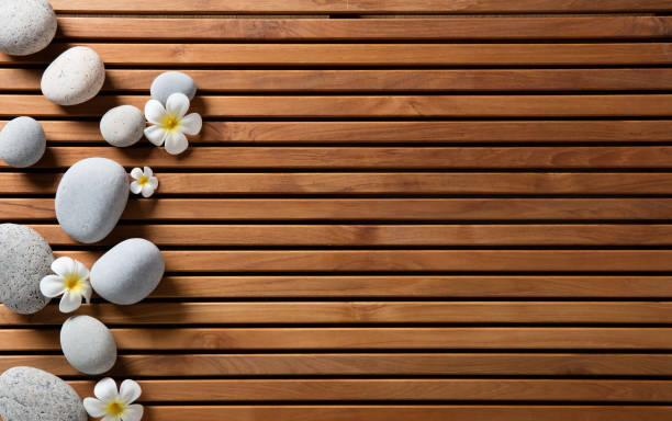 Zen Kieselsteine und Wellness Blumen setzen auf Holzbrett hammam – Foto