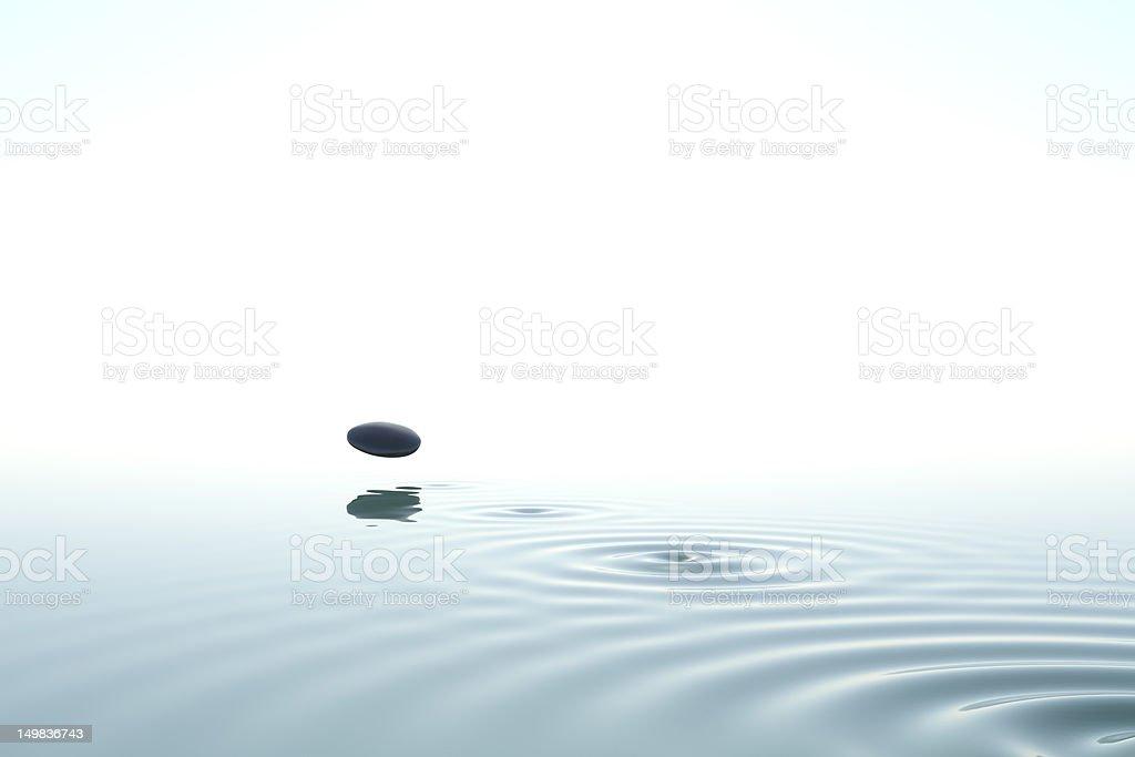 zen Stein zurückgeworfen auf das Wasser - Lizenzfrei Abheben - Aktivität Stock-Foto