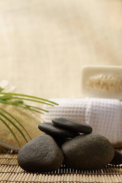 Piedras zen y spa, ubicado en la madera para tratamientos - foto de stock