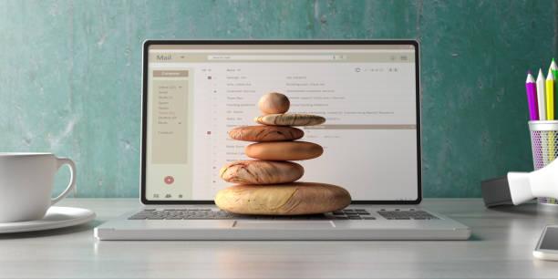 Zen Steine stapeln sich auf einem Computer-Laptop-Schreibtisch Hintergrund. 3D-Illustration – Foto