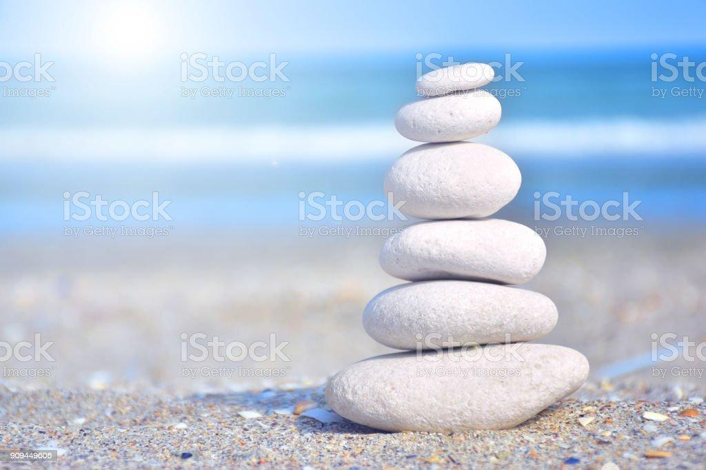 Zen-artige Steinen am Strand unter der Sonne Lizenzfreies stock-foto
