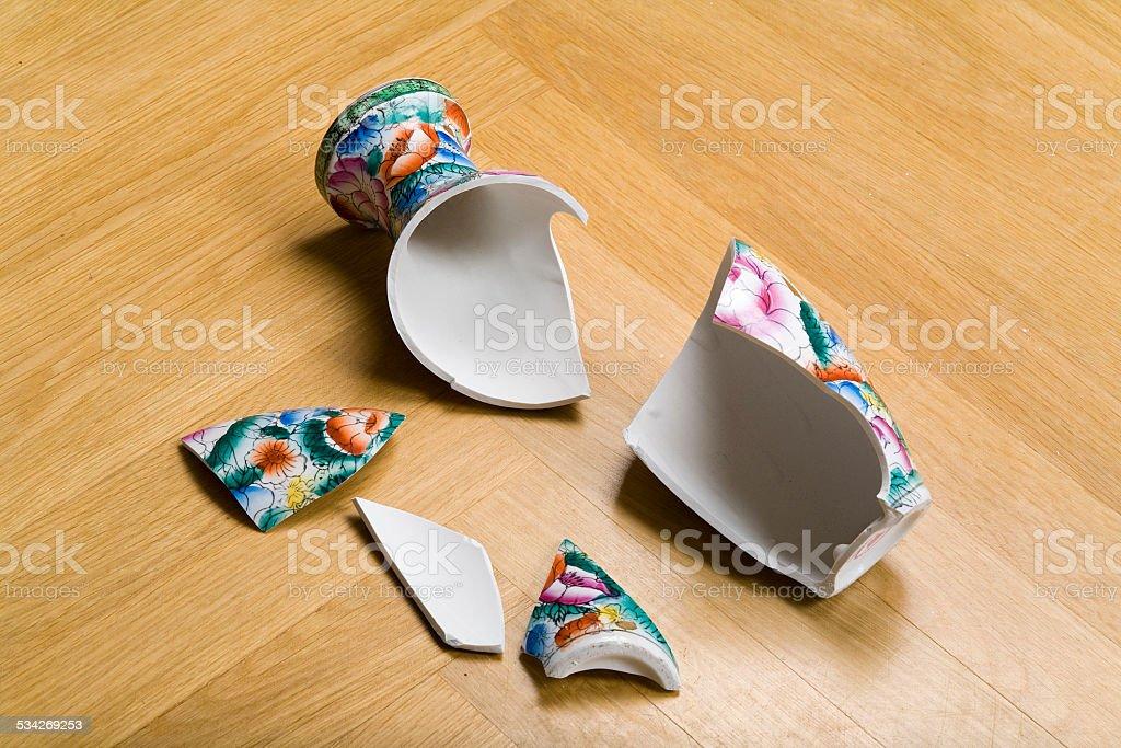 zerbrochene Vase auf dem Boden stock photo