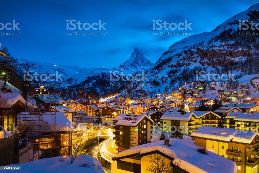 Stadt Zermatt mit Matterhorn Gipfel im Mattertal in der Schweiz im Morgengrauen – Foto