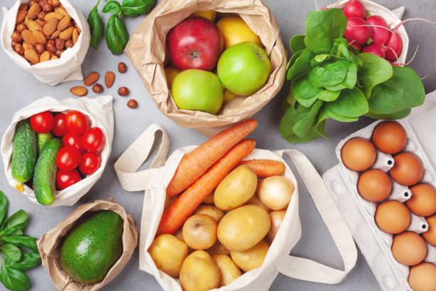 nollavfall och miljö vänlig shopping med grönsaker och frukter i textil-och pappers påsar uppifrån. plast fri och återanvända begreppen. - food waste bildbanksfoton och bilder