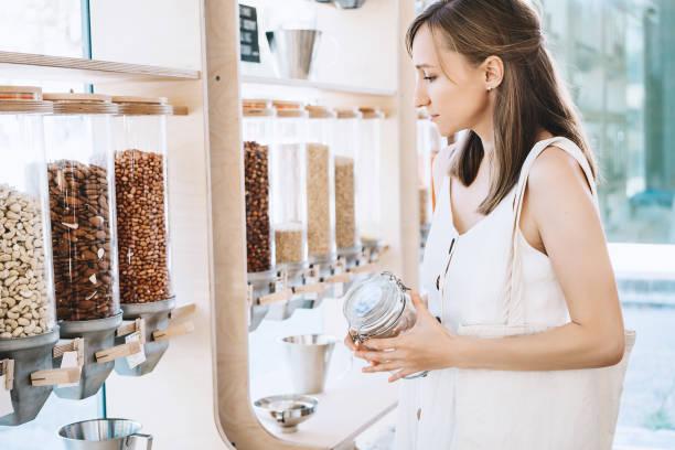 Null-Abfall-Shop. Junges Mädchen kaufen in nachhaltigen Kunststoff kostenlos Lebensmittel – Foto
